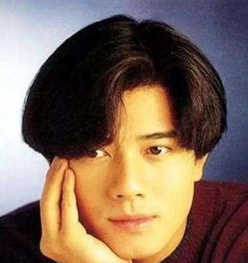 郭富城年轻时不仅帅气,皮肤更是好的没话说,这三七分发型更衬得他图片