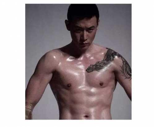 """说起冠希哥身上的纹身大家还是很喜欢他最温情的那个纹""""嗨!"""