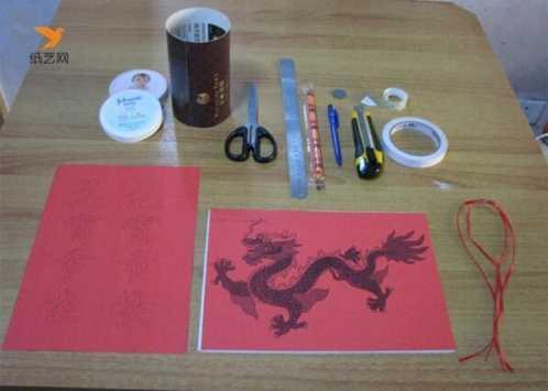 手工灯笼制作方法第二步:将硬纸粘成圆筒,再将有图案的纸粘到圆筒表面